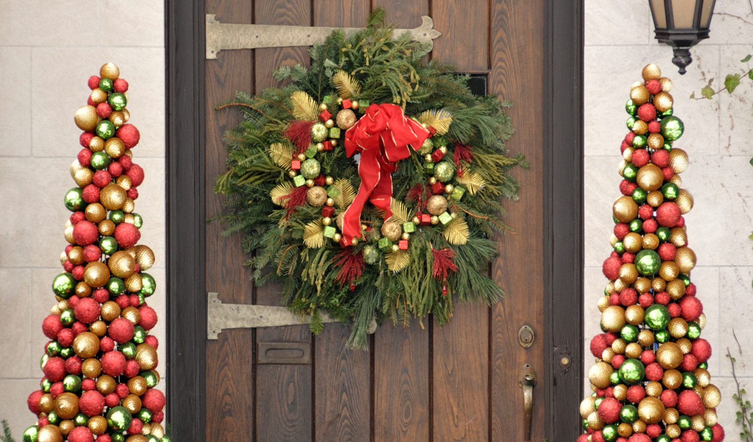 Door decorated for the holidays.  FOR MORE HOUSES AND DOORS (CLICK